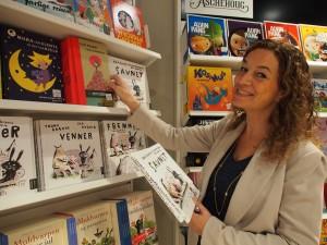Siri Morland har tidligere jobbet som markedsansvarlig i Omnipax og som innkjøpsansvarlig på barne- og ungdomsavdelingen til Tanum Bogstadveien. Hun er også redaktør for ubok.no sammen med Nina Aalstad.