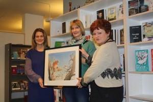 Margit Walsø (t.v.) og Dina Roll-Hansen mottar Askeladdprisen 2013 på vegne av NORLA. (Foto: IBBY)