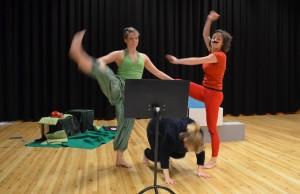 Kunstnaropphald 2015. Hrafnhildur Einarsdóttir, Emelie Wångstedt og Martina Francone i danseproduksjonen Recycling the past. Foto: Rita Slotterøy